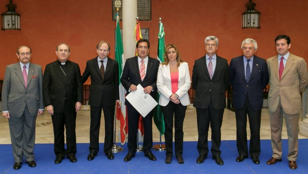 Foto de familia tras la entrega de la Medalla Caballero Orden de Italia a Antonio Pulido, presidente de la Fundación Cajasol