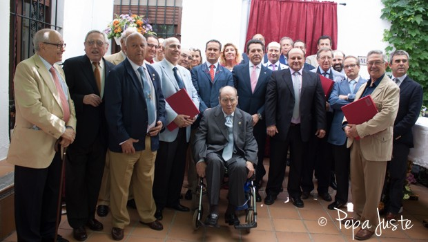 Foto de familia de los que recibieron insignias y placas, acompañados por el presidente del colegio, Antonio Vergel