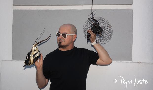 Felipe Vivas con sus creaciones de Tolentino