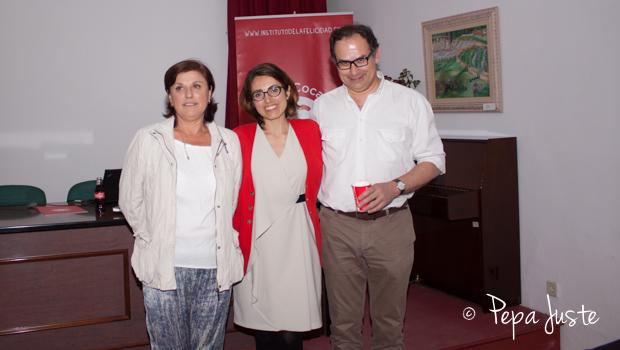 La concejal del distrito Nervión, Pia Halcón con la directora del Instituto de la Felicidad Silvia García y el autor y conferenciante Albert Figueras, antes de empezar la conferencia en el Centro Cívico La Buhaira