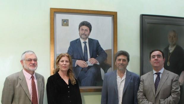 La pintora Reyes de la Lastra posa junto a su obra y a los rectores, Agustín Madrid, Juan Jimenez y Vicente Guzmán