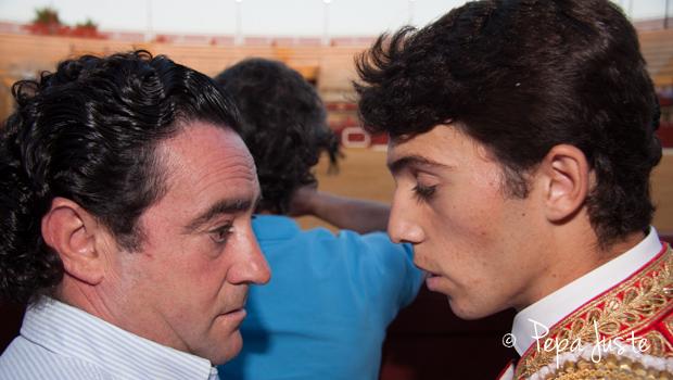El novillero Rafa Serna habla con su padre
