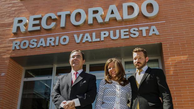 El rector de la UPO, Vicente Guzmán, acompañando a los hijos de Rosario Valpuesta, Fátima y Alberto Giráldez Valpuesta.