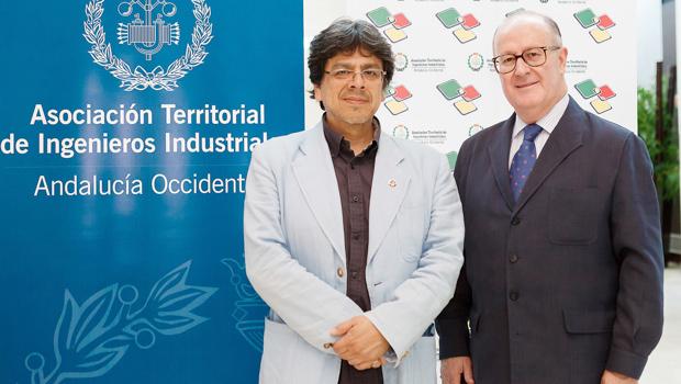 El periodista Fernando Iwasaki y el presidente de la Asociación Germán Ayora