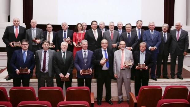 Foto de familia de las autoridades con los premiados