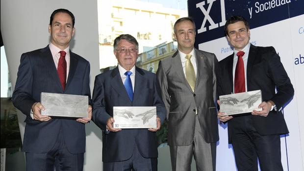 Manuel Jesús de Tellechea con el Ingeniero del año 2013, José Carlos Serrano y los representantes de las empresas premiadas Past Wiew y Axion