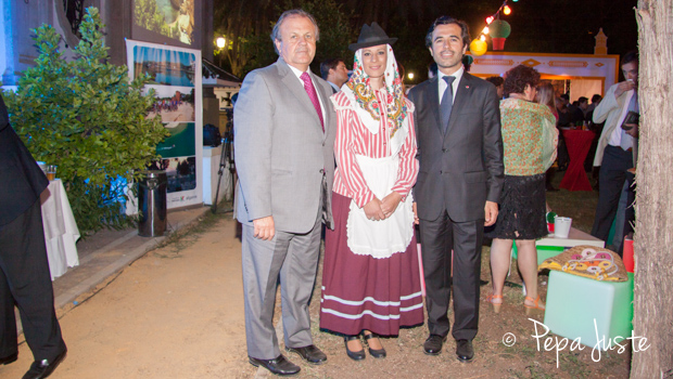 Desiderio Silva y Jorge Monteiro flanquean a María Sánchez