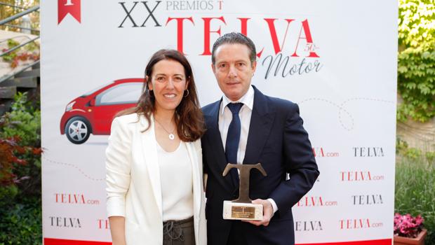 Rafael Prieto, Director General de Peugeot España, recogió el galardón de manos de Lucía Francesch, subdirectora de Telva