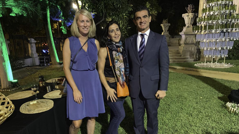 La farmaceutica Clara Olías con Sara Navarro directora de las bodegas Colonias de Galeón y Amador Sánchez, managing director de Prodetur